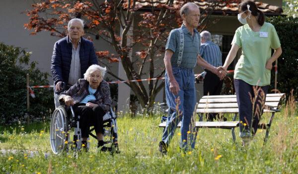 Ein Nachmittagsspaziergang im Garten des Pflegeheims in der Frühlingswärme