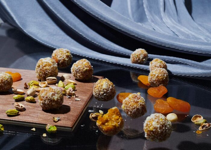 Energiekugeln aus Trockenfrüchten und Nüssen schön angerichtet
