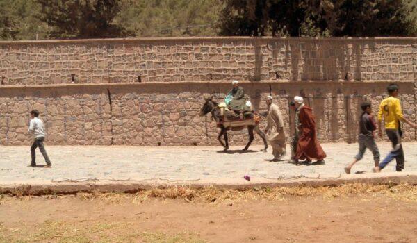 Menschen und ein Esel in Marokko auf dem Weg zum Souk