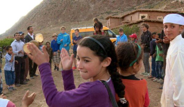 Tanz und Gesang von marokkanischen und europäischen Kindern
