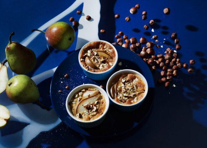 Drei Marronichüechli schön angerichtet auf einem blauen Teller