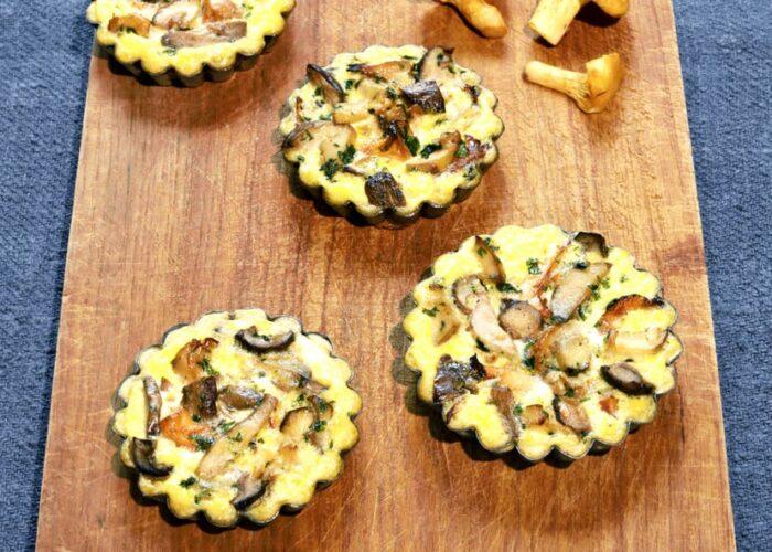 Pilz Tartelettes auf einem Holzbrett