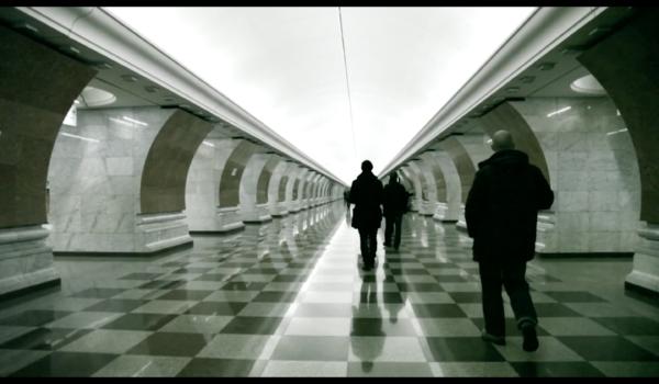 Menschen unterwegs in einer Station